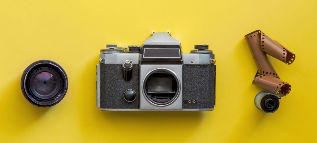 A partire da sinistra: un obiettivo per macchina analogica, una macchina analogica e la pellicola analogica