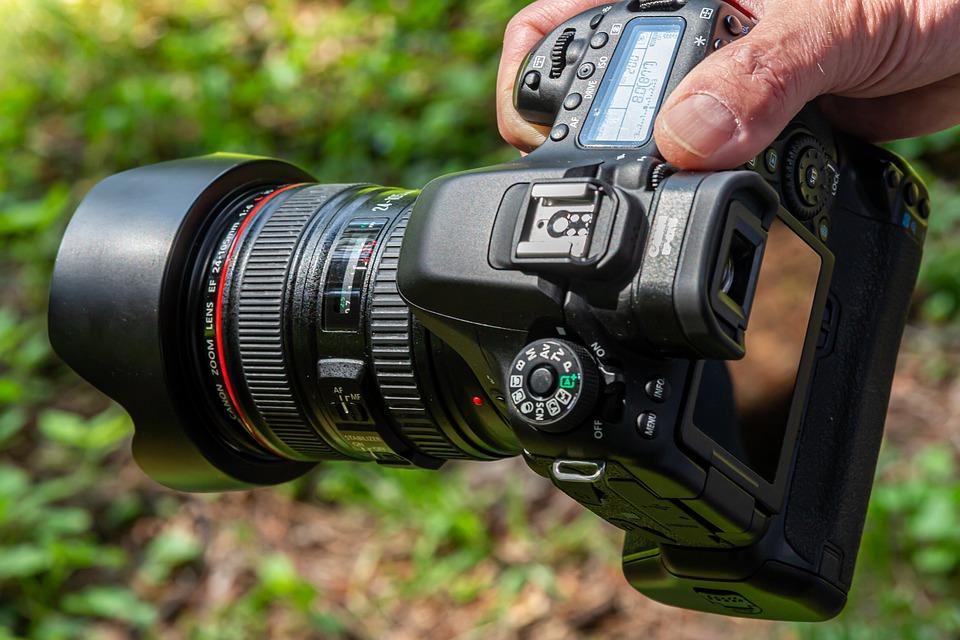 Canon 80D con obiettivo Canon 24-105mm  F4 L ES USM con ghiera visibile